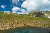 小山的七彩湖和暗蓝色的天空和云 — 图库照片