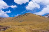 背景下的彩色暗蓝蓝的天空云如诗如画山 — 图库照片