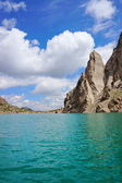 Grandiose rocks and Kelsu mountain lake against the background of colourful dark blue sky with clouds — Stock Photo