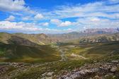 小山、 河、 神奇蓝蓝的天空白云 — 图库照片