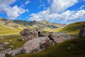 大石头和如诗如画山云蓝蓝的天空下 — 图库照片