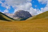 神奇山、 岩石和色彩暗蓝蓝的天空云 — 图库照片