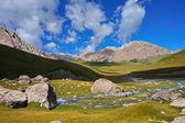精彩的山丘和云蓝蓝的天空下的大石头 — 图库照片