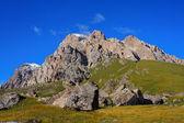 令人惊叹的蓝色天空与云彩的背景下的小山 — 图库照片