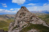 岩石在云暗蓝蓝的天空下 — 图库照片