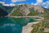 Erstaunliche bergsee mit schönen insel und hohe küste — Stockfoto