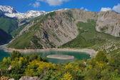 Wunderbaren bergsee mit hohen küste und schöne insel in der mitte — Stockfoto