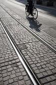骑单车的日内瓦在电车轨道上 — 图库照片