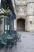 Berooid veranda en café tabellen, wells — Stockfoto