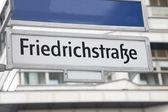 Letrero de la calle de friedrichstrafze, Berlín — Foto de Stock
