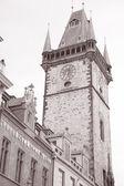 Torre do relógio da câmara municipal, antiga praça da cidade, praga — Foto Stock