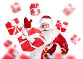 Jultomten står och gör magi. presentförpackning faller ner ar — Stockfoto