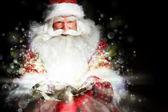 Santa συνεδρίαση στην αίθουσα χριστούγεννα και εξετάζει το σάκο — Φωτογραφία Αρχείου