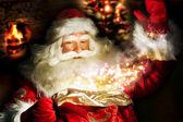 Der weihnachtsmann zu hause nachts machen magic — Stockfoto
