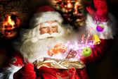 Santa claus att få presenter och pralin från sin väska och showin — Stockfoto