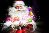 Santa claus dárky a cukroví ze svého vaku a ukazovat — Stock fotografie
