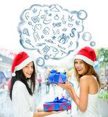 Unga glada tjejer i jul hats.standing tillsammans inomhus, — Stockfoto