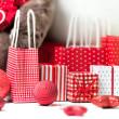 Dárkové krabičky s vánočními dárky zabalený do červeného papíru s ornamenty — Stock fotografie #14602821