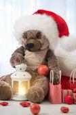 Ursinho de Natal usando um chapéu de Papai Noel sentado com lanterna um — Fotografia Stock