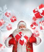 Noel duran ve sihir yapıyorsun baba gülüyor. fallin hediye kutuları — Stok fotoğraf
