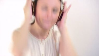 Girl listening to music on headphones — Stock Video