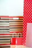 Rozmanité nákupy a červené dárkové papírové tašky - nákupní a dovolená — Stock fotografie