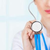 Tıbbi kişinin sağlık sigortası veya hastane için makro çekimi — Stok fotoğraf