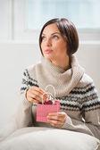 Retrato de una mujer prepara sorpresa a su marido o novio — Foto de Stock