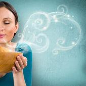 Jonge mooie huisvrouw bedrijf hete smakelijke cookies in houten schotel. — Stockfoto