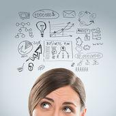 Ung affärskvinna funderar på hennes planer för närbild face porträtt — Stockfoto