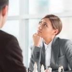 giocare a scacchi all'ufficio di affari — Foto Stock