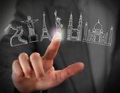 Nahaufnahme des weiblichen finger berühren virtuelle symbol der berühmten touri — Stockfoto