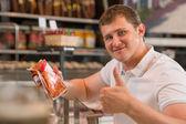 Süpermarkette alışveriş adam — Stok fotoğraf