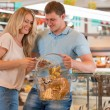 Couple at supermarket — Stock Photo