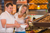 Grocery store - happy couple shopping in supermarket — Stock Photo