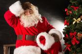 Noel baba arayan çocuklar için tüm hediyeler teslim sonra yorgun — Stok fotoğraf