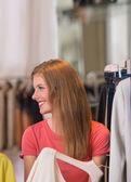 Otantik güzel kadın giyim mağazasında alışveriş — Stok fotoğraf