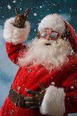 Weihnachtsmann hört Musik Kopfhörer im freien am Nordpol — Stockfoto