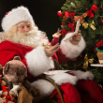 Santa Claus holding envelope — Stock Photo