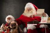 Santa claus gospodarstwa koperty — Zdjęcie stockowe