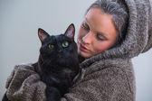 Kadın tutarak siyah kedi — Stok fotoğraf