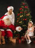 Fotografie roztomilé dívky a její matky a santa claus doma — Stock fotografie