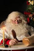 Santa claus sentado en mi casa y escribir una carta — Foto de Stock