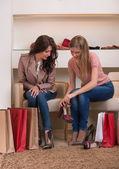 Zwei junge attraktive freundinnen einkaufen gehen — Stockfoto