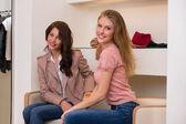 Dvě mladé atraktivní kamarádky jít nakupovat — Stock fotografie
