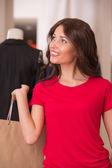 Bella mujer con bolsas de compras en el centro comercial — Foto de Stock