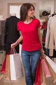 Piękna kobieta z torby na zakupy w centrum handlowym — Zdjęcie stockowe