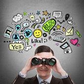 концепция жизни в сети. деловой человек, глядя в бинокль. — Стоковое фото
