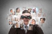 Hombre de negocios en busca de empleados a través de binoculares. — Foto de Stock