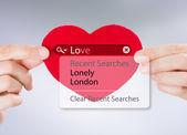 Ricerca di amore. mani femminili, tenendo il cuore rosso con opzioni di ricerca di amore — Foto Stock